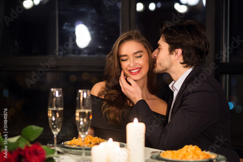 Fotomural Happy man and woman enjoying Valentine's Day date