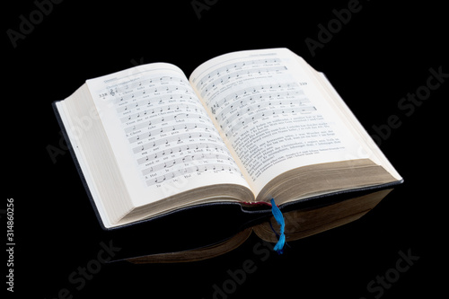 Fotografija Aufgeschlagenes katholisches Gesangbuch
