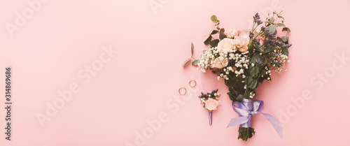 Fotografía Wedding decor banner with bouquet, boutonniere and rings