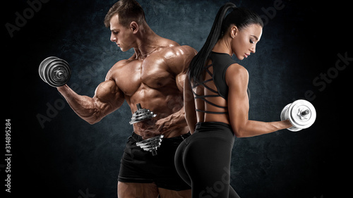 Fotografia Sporty couple workout with dumbbells