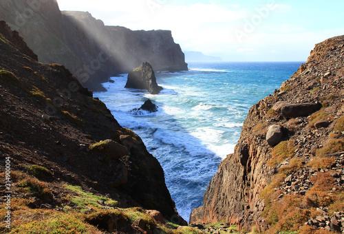 Les vagues de l'océan atlantique se fracassent sur les falaises abruptes de la pointe de Sao Lourenço à Madère Wallpaper Mural