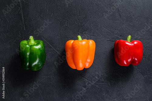 Fotografia Green, orange and red bell peppers