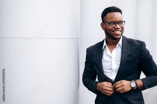 Attractive african american businessman in stylish suit is fastens his jacket an Billede på lærred