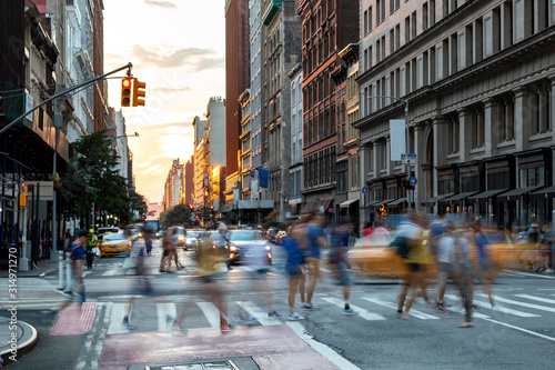 Fototapeta Busy people walk across the crowded intersection on 23rd Street and Fifth Avenue in Manhattan, New York City obraz