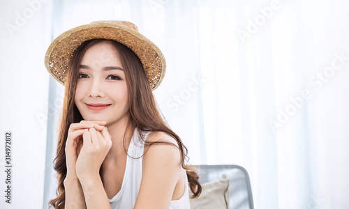 Obraz na plátně Portrait of young beautiful asian woman on holiday vacation summer time in white bedroom