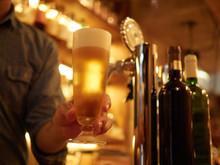 ビールを注ぐイメージ
