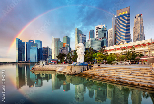 Photo  SINGAPORE - OCTOBER 11: Singapore - Merlion fountain with rainbow in front of th