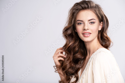 Fotografía Portrait of a beautiful smiling  woman with a long hair.