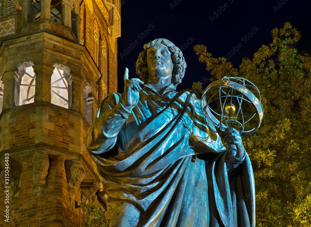 Fototapeta Monument to Nicolaus Copernicus at Market square in Torun.  Poland