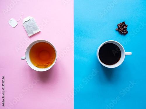 Fototapeta Eine Tasse Tee mit Teebeutel und eine Tasse Kaffe mit Kaffebohnen auf einem rosa und blauen Hintergrund, Gegensätze obraz na płótnie