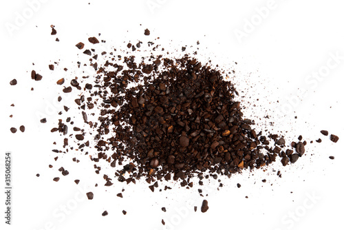 Photo Dark ground coffee bean burn crushed craked broken isolated on white background
