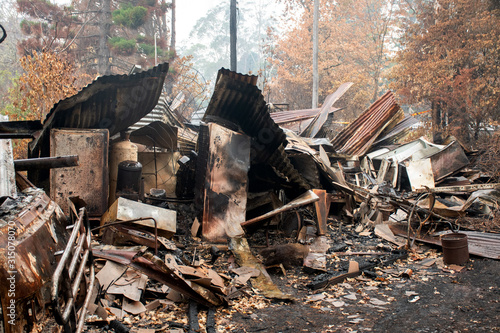 Fotografía Australian bushfire aftermath: Burnt building ruins and rubble at Blue Mountains