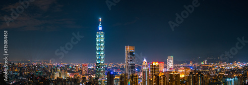 Photo cityscape scene, Taipei 101 tower and other buildings. Taiwan.