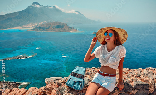 Fotografia Tourism, travel, vacation on the rocky sea.