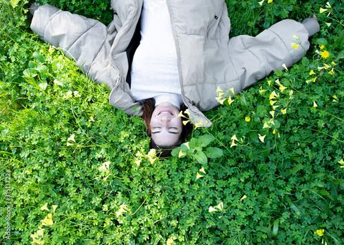 Photo Chica tumbada bosque