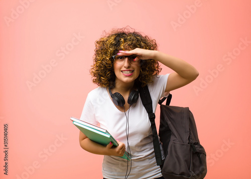 Photo young pretty student woman looking bewildered and astonished, with hand over for