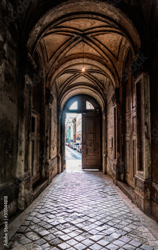 Fototapeta arkady   stare-drzwi-na-dziedziniec-architektura-starozytnego-miasta
