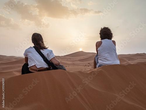 dos chicas disfrutando del atardecer del desierto