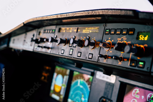 Photo Cockpit of an Airbus A320 in cruise from the first officer seat