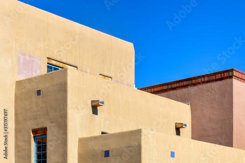 Naklejka premium Architektura pueblo w stylu południowo-zachodnim w Santa Fe w Nowym Meksyku