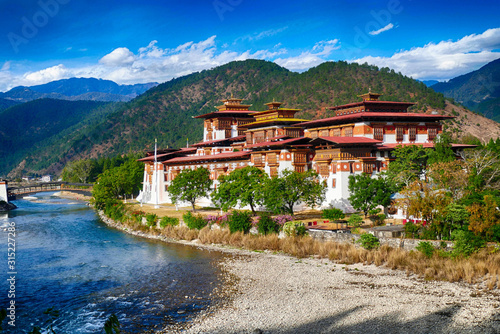 Photo Punakha Dzong  fortress sits at the confluence of two rivers-Pho Chu and Mo Chu