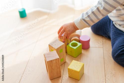 Obraz ブロックで遊ぶ子供 - fototapety do salonu