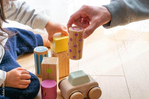 Photo ブロックで遊ぶ子供と父