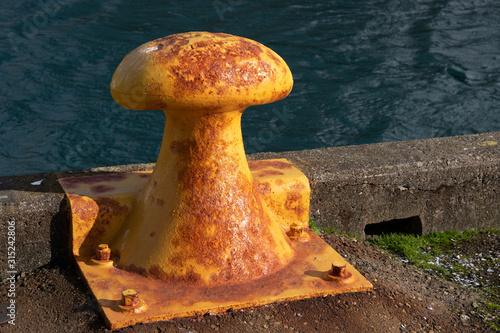 Cuadros en Lienzo Metal bollard in harbour