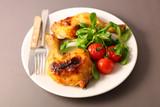 Fototapeta Kawa jest smaczna - grilled chicken leg and salad in plate