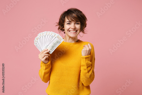 Cuadros en Lienzo Joyful young brunette woman in yellow sweater posing isolated on pastel pink background