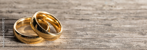 Photo Golden wedding rings on wood