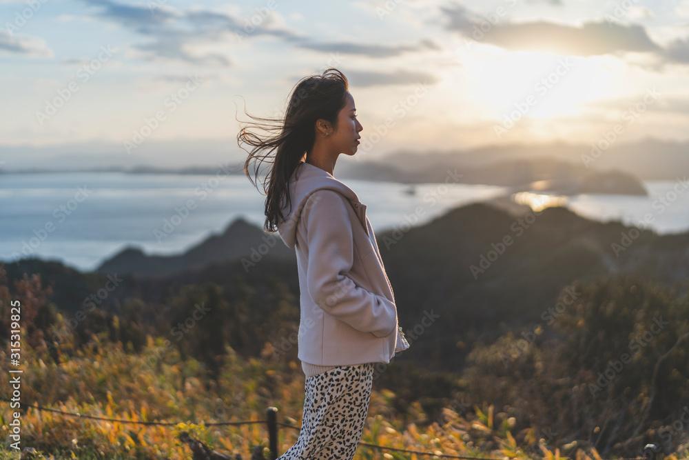 Fototapeta 夕陽と空と海と女性