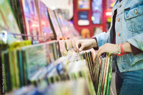 Cuadros en Lienzo Young Woman Choosing Vintage Vinyl LP In Records Shop