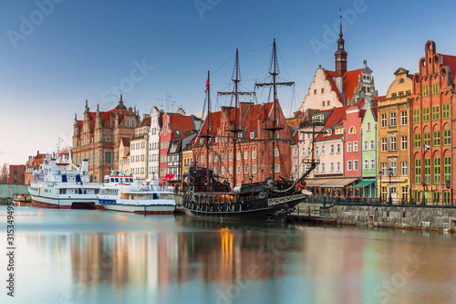 Obraz Beautiful scenery of the old town in Gdansk over Motlawa river at dawn, Poland. - fototapety do salonu