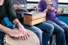 Junge Erwachsene Trommeln / Musiktherapie