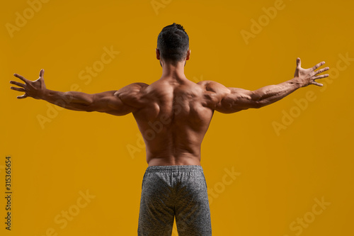 Fotografía Athletic gentleman posing on yellow background