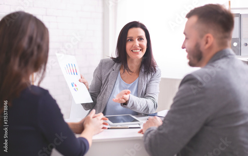 Photo Cheerful expert explaining investment plan to new clients