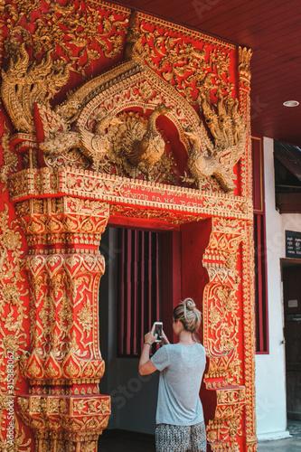 Turista rubia sacando foto a templo Wallpaper Mural