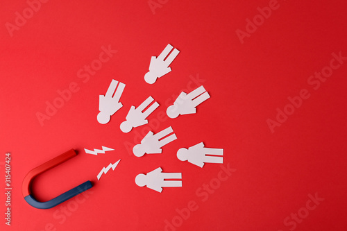 Carta da parati Magnet and paper people on red background, flat lay