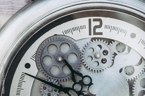 Cuadros en Lienzo  Mécanisme métal engrenages à l'intérieur d'une montre