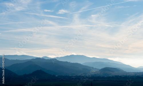 Fotografering Wunderschöner Blick über Staufen zum Belchen und zum Blauen / Schwarzwald