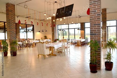 Photo Restaurant hall with indoor plants on the floor