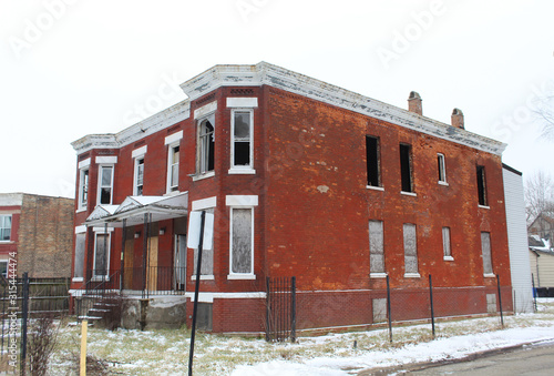 Abandoned small red brick apartment building in Chicago's Englewood neigbhorhood Canvas Print