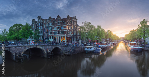 Cityscape of Amsterdam with reflection of buildings on water Fototapet