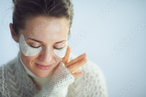 relaxed modern housewife with cosmetic eye patches Tablou Canvas
