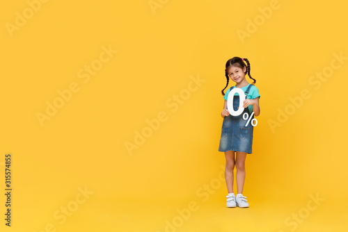 Fotomural Cute little girl showing 0% number on yellow background