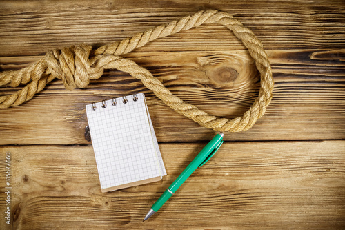 Deadly loop of rope and suicide note on a wooden background Tablou Canvas