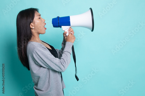 Photo Beautiful young Asian woman announce with megaphone.