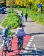 canvas print picture - Radfahrer fahren vom Radweg auf einen kombinierten Rad- und Gehweg mit Fußgängern