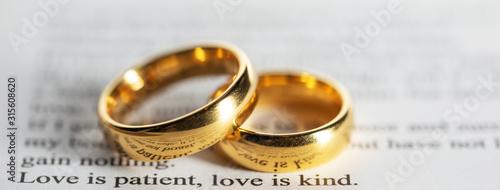 Fotografie, Obraz Golden wedding rings on bible book